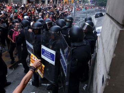 Manifestantes se enfrentan a la policía durante la marcha independentista de la Diada.