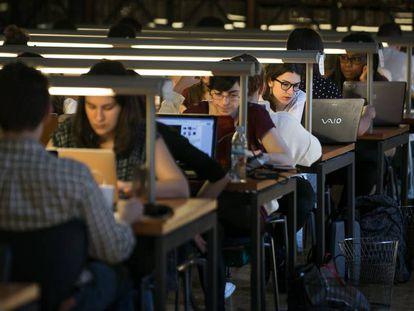 Estudiantes de la Universidad de Barcelona, en la biblioteca del edificio histórico de la UB el año pasado.