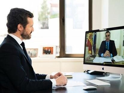 El líder del PP,  Pablo Casado, conversa por videoconferencia con el presidente del Gobierno,  Pedro Sánchez.