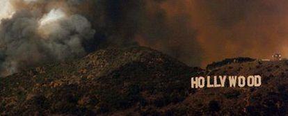 Un incendio en Los Ángeles hacen peligrar el popular cartel de Hollywood.