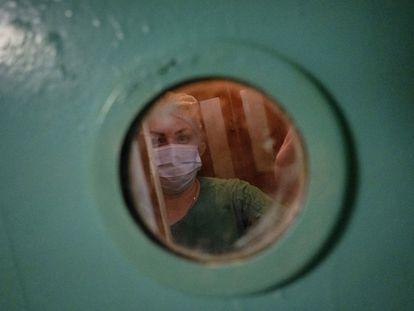 Años atrás, los habitantes de Svitlodarsk, en Donetsk (Ucrania), acudían a los hospitales del interior de la región. Ahora, la pandemia provoca que los pacientes del interior sean trasladados cerca del frente.