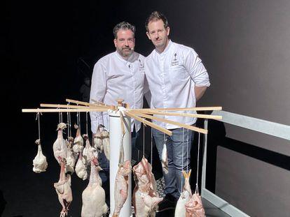 Sergio y Toni detras de su perchero cargado de aves y pescados en maduración. J.C. CAPEL