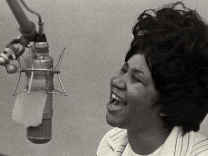 Aretha Franklin canta en 1967 en los estudios Fame, en Muscle Shoals, Alabama.