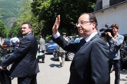 Hollande visita un pueblo dañado por las inundaciones en junio.