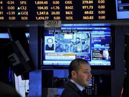 Un inversor trabaja en el parqué de Wall Street, en Nueva York (Estados Unidos).