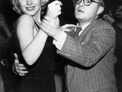 Marilyn Monroe y Truman Capote bailan en el Morocco de Nueva York en 1955.