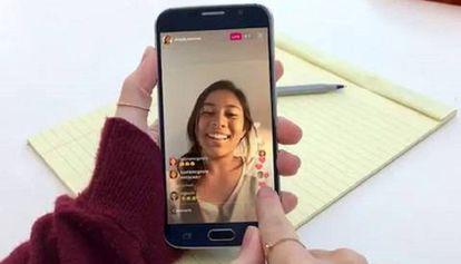 Una adolescente consulta una publicación en su teléfono.