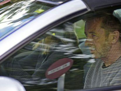 Phil Rudd, batería del grupo AC/DC, tras declarar ante un tribunal en Nueva Zelanda.