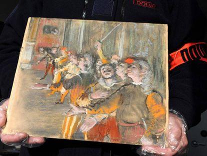 Un agente de aduanas muestra el cuadro de Degas recuperado durante una revisión en un autobús en Francia