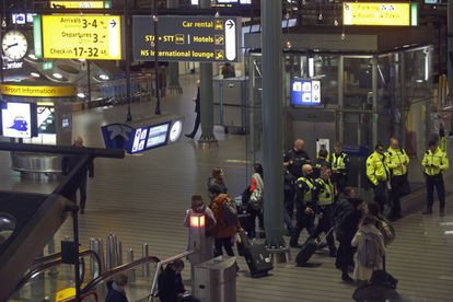 Policías holandeses desplegados en Schiphol, esta tarde.