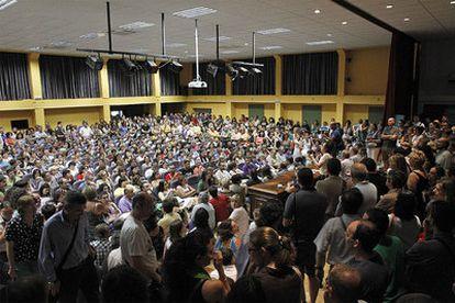 Multitudinaria asamblea de profesores, ayer, contra las medidas de reducción de docentes propuestas por Esperanza Aguirre.