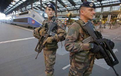 Soldados vigilan una estación de trenes en París, el pasado viernes.