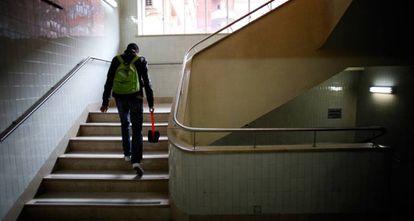 Un alumno sube las escaleras de la Facultad de Ciencias Químicas de Madrid.
