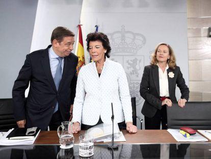 El ministro de Agricultura, Luis Planas; la ministra Portavoz, Isabel Celaá; y la ministra de Economía Nadia Calviño.