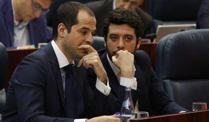 El portavoz de Ciudadanos, Ignacio Aguado, con César Zafra en la Asamblea de Madrid.