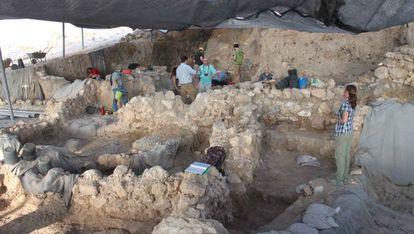 Arqueólogos en el área donde se han localizados los restos de la ciudad de Gat.