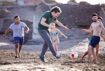 Gustavo Dudamel, en el centro, juega al fútbol en la playa con el violinista venezolano Romel Henríquez (a la izquierda), la violonchelista canaria Paula Torres y el violinista uruguayo Leandro Lapasta, a la derecha.
