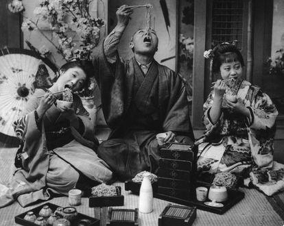 Una familia japonesa come noodles en 1925. |