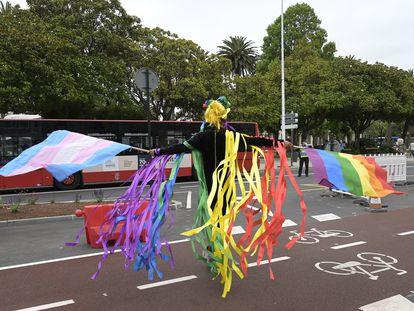 Una persona ondea las banderas LGTBI y 'trans' durante la manifestación convocada por el Día Internacional del Orgullo LGTBI en A Coruña.
