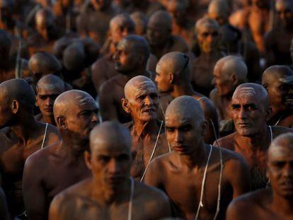 Miembros de la secta Awahan Akhara participan en un rito de iniciación en la confluencia de los ríos Ganges y Yamuna en India.