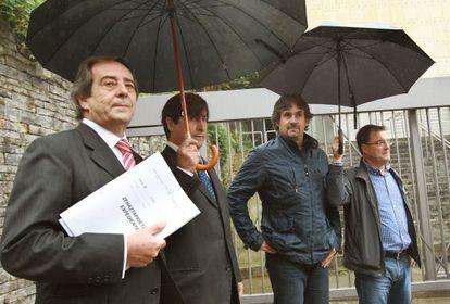 El alcalde de Gernika (Bizkaia), José María Gorroño  (EA), a la izquierda, tras declarar por orden de la Audiencia Naciona.