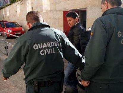 García Adán llega custodiado por dos guardias civiles a la Audiencia de Pontevedra, el pasado marzo, para un juicio de prostitución.