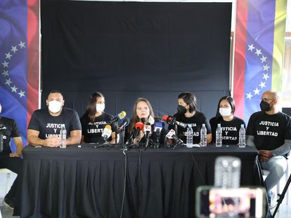La abogada de la familia Raúl Isaías Baduel, Yasnaida Villalobos (c), habla durante una rueda de prensa, el viernes en Caracas.