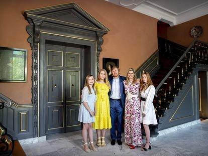 Guillermo y Máxima de Holanda y sus hijas, Amalia, Alexia y Ariane, celebran el cumpleaños del rey en el palacio de Huis ten Bosch en La Haya, el 27 de abril de 2020 .