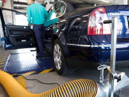 Un conductor examina su coche en un centro de ITV en Santiago.