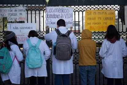 Estudiantes de la Facultad de Medicina cercan los accesos al plantel en protesta.