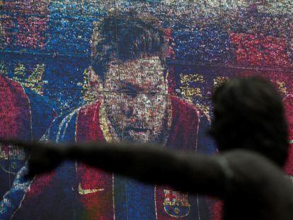 Retrato del delantero argentino Lionel Messi en la tienda oficial del FC Barcelona, este viernes, en la capital catalana.