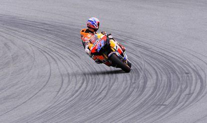 Stoner mira hacia atrás durante la carrera.
