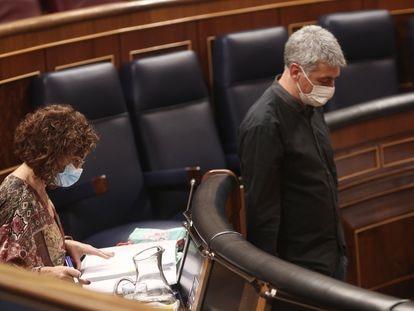 El diputado de EH Bildu Oskar Matute pasa al lado de María Jesús Montero en la segunda jornada del debate de los Presupuestos Generales para 2021.