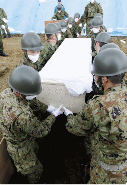 Los equipos de rescate y las fuerzas de seguridad entierran a las víctimas que día tras día encuentran entre los escombros.