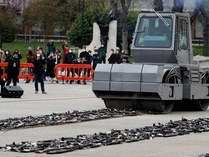 Una apisonadora destruye armas de ETA y los Grapo en el acto celebrado este jueves en Valdemoro (Madrid) con la presencia del presidente Pedro Sánchez.