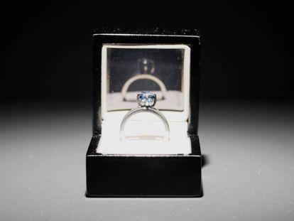 El anillo de gema azulada hecho con cenizas del arquitecto para la obra 'The Proposal', de Jill Magid.