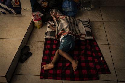 Un niño proveniente de Haití duerme en el suelo en Tapachula.