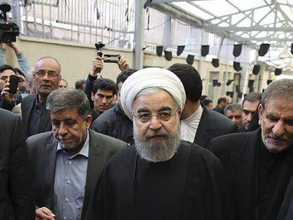 El presidente Hasán Rohaní (c) a su llegada a una ceremonia en memoria del expresidente iraní Akbar Hashemí Rafsanyaní celebrada en la mezquita Jamaran en Teherán, este lunes.
