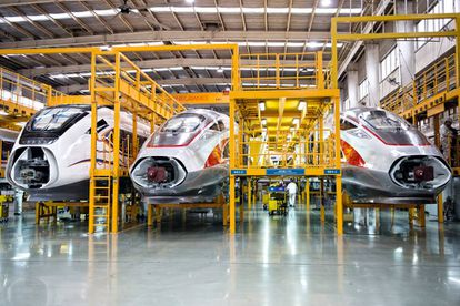 Vista general de la principal línea de ensamblaje de los Fuxing, el modelo estrella del TAV chino, en la planta de Qingdao.