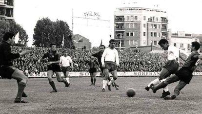 Un remate de Re en el Levante-Barcelona de 1964.