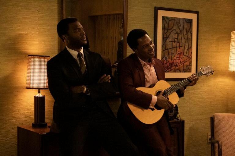 Aldis Hedge y Leslie Odom Jr. en 'Una noche en Miami'.