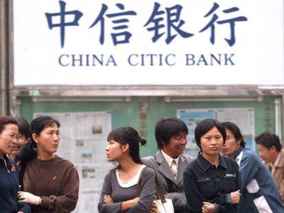 Un grupo de personas ante una sucursal del CITIC, en Pekín.