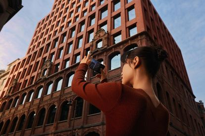 Una usuaria saca una foto con el OPPO Find X3 Pro 5G.