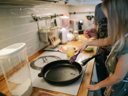 Una niña disfruta de la cocina con su madres.