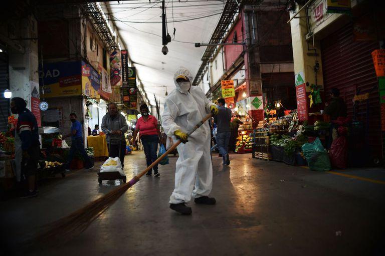 Un empleado barre el suelo de la Central de Abastos de Ciudad de México, el mercado más grande de América Latina.