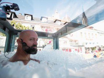 El austriaco Josef Koeberl aguanta dos horas y media sumergido en más de 200 kilos de cubitos de hielo y prácticamente desnudo