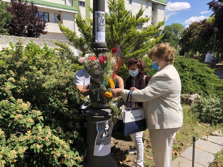 Familiares de los fallecidos en la residencia pública de Alcorcón colocan flores en su recuerdo delante del centro el pasado 13 de junio