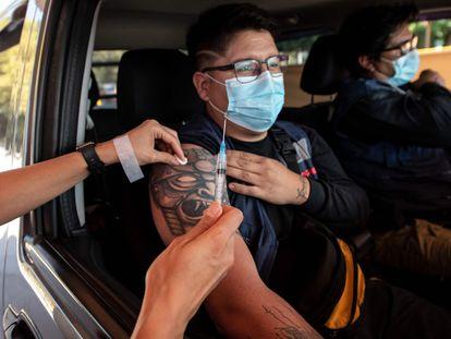 Un sanitario inyecta a un ciudadano una vacuna contra la covid-19 en un centro de vacunación en Santiago de Chile el pasado 30 de marzo.