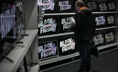 Un cliente en la sección de televisores de un Media Markt de Barcelona.
