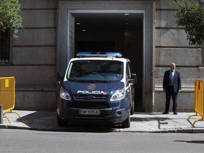 Vista de un furgón policial, a su llegada este miércoles al Tribunal Supremo.